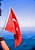 Turkisk flagga på fartyget Arkivfoto