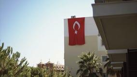 Turkisk flagga som hänger på väggen av huset stock video