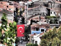 Turkisk flagga som hängs i gatorna Arkivbilder