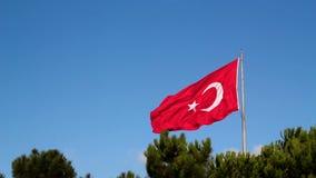 Turkisk flagga som vinkar i den blåa himlen lager videofilmer