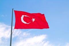 Turkisk flaggaFlapping i winden Arkivfoto