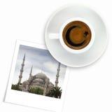Turkisk flaggateckning på en kopp kaffe och ett foto av den blåa moskén Royaltyfria Bilder