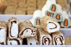 Turkisk fröjd Lokum Söta godisar med muttrar turkisk fröjd för efterrätt Cezerye eller lokum Turkiska godisar och sötsaker som är Royaltyfri Bild