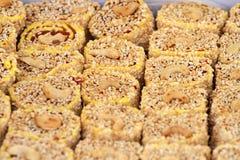 Turkisk fröjd Lokum Söta godisar med muttrar turkisk fröjd för efterrätt Cezerye eller lokum Turkiska godisar och sötsaker som är Royaltyfri Fotografi