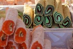 Turkisk fröjd Lokum Söta godisar med muttrar turkisk fröjd för efterrätt Cezerye eller lokum Turkiska godisar och sötsaker som är Arkivbild