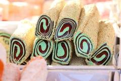 Turkisk fröjd Lokum Söta godisar med muttrar turkisk fröjd för efterrätt Cezerye eller lokum Turkiska godisar och sötsaker som är arkivfoton