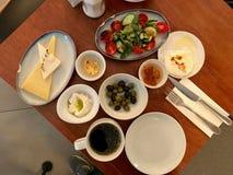Turkisk frukost med Bergamotsh driftstopp, det tjuvjagade ägget, ost, Chili Butter, oliv och Lor Curd Cheese Served med te/kaffe  arkivfoton