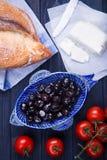 Turkisk frukost med svarta oliv, bröd, panirost och körsbärsröda tomater Royaltyfri Fotografi