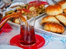 Turkisk frukost med turkiskt te och bröd fotografering för bildbyråer