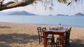 Turkisk frukost på stranden vid havet, fethiye, kalkon lager videofilmer