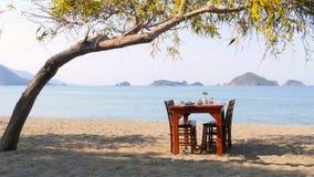 Turkisk frukost på stranden vid havet, fethiye, kalkon stock video