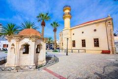 Turkisk gammal moské och springbrunn i staden av Ierapetra på ön av Kreta, Grekland Royaltyfria Foton