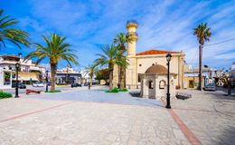 Turkisk gammal moské och springbrunn i staden av Ierapetra på ön av Kreta, Grekland Arkivbild