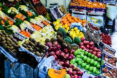 Turkisk grönsakshandlare Storefront Royaltyfria Foton