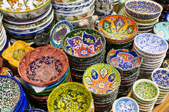 Turkisk keramik i den storslagna basaren i Istanbul, Turkiet Royaltyfri Fotografi
