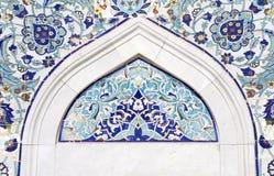 Turkisk konstnärlig väggtegelplatta på den Konak moskén Arkivbild