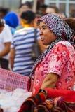 Turkisk kvinna på basaren i Teos - Seferihisar Izmir - Turkiet Royaltyfri Bild