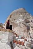 Turkisk kvinna på hennes grottahem i Cappadocia Fotografering för Bildbyråer
