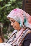 Turkisk kvinna som bär den traditionella halsduken Royaltyfri Fotografi