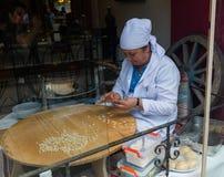 Turkisk kvinna som förbereder mat i Istanbul Fotografering för Bildbyråer