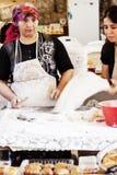 Turkisk kvinna som förbereder mat på den turkiska basaren Fotografering för Bildbyråer