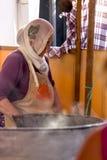 Turkisk kvinna som lagar mat traditionell mat Royaltyfri Foto