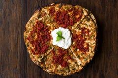 Turkisk mat Kayseri YaÄŸlama med köttfärs, yoghurt och Tomate deg Arkivbilder
