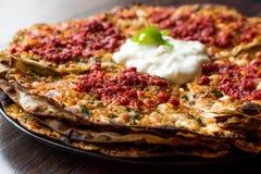 Turkisk mat Kayseri YaÄŸlama med köttfärs, yoghurt och Tomate deg Arkivbild