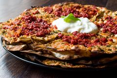 Turkisk mat Kayseri YaÄŸlama med köttfärs, yoghurt och Tomate deg Royaltyfria Foton
