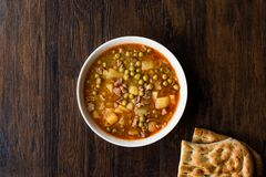 Turkisk mat Meaty gröna Pea Stew/lät småkoka kött Etli Bezelye royaltyfri bild