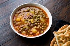 Turkisk mat Meaty gröna Pea Stew/lät småkoka kött Etli Bezelye arkivfoton