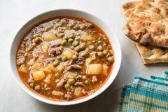 Turkisk mat Meaty gröna Pea Stew/lät småkoka kött Etli Bezelye arkivfoto