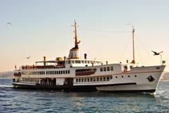 Turkisk passagerareship på Bosphorus, Istanbul Royaltyfri Fotografi