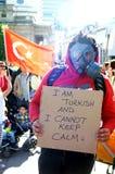 Turkisk person som protesterar med en gasmask Royaltyfri Foto