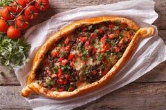 Turkisk pidepizza med köttcloseupen horisontalsikt från över Royaltyfri Bild