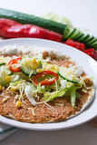 Turkisk pizza som investeras med livsmedel Royaltyfri Bild