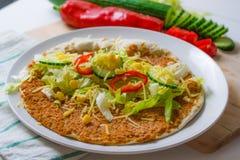 Turkisk pizza som investeras med livsmedel Arkivfoton
