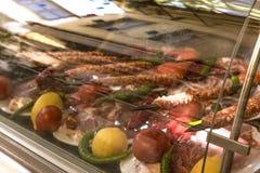 Turkisk rå Adana kebab för att tjäna som i djupfrysa royaltyfri bild