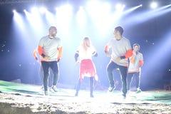 Turkisk sångareMerve Ozbey konsert under Istanbul Superenduro c Arkivfoton
