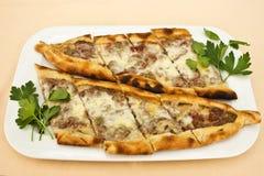 Turkisk tortillapitabröd med stycken av kött, smältt ost och sli arkivfoton