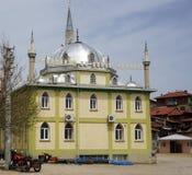Turkisk by, Turkiet - circa Maj 2015: Turkisk bymoské Royaltyfria Bilder