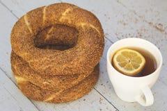Turkiska baglar med te av koppen för ‹för †på träblå bakgrund royaltyfri fotografi