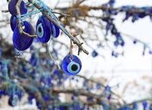 Turkiska berlock för ont öga på trädet royaltyfria foton