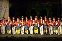 Turkiska dansare i folk dräkter på etapp royaltyfria foton