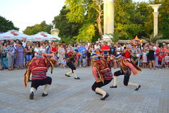 Turkiska dansare på gatan ståtar Royaltyfria Foton
