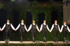 Turkiska dansare som rymmer händer på etapp Royaltyfri Fotografi