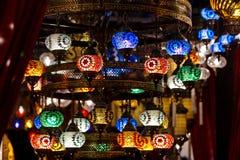 Turkiska dekorativa lamplampor på storslagen basar på Istanbul, turk Royaltyfri Fotografi