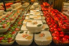 Turkiska efterrätter - puddingar och geléer med bär av jordgubbar och kiwin Arkivfoton