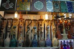 Turkiska exponeringsglasvattenpipor på den Istanbul marknadsbasaren arkivbild