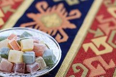 Turkiska fröjder i platta på den traditionella turkiska mattan Arkivfoto